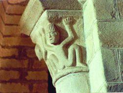 """Chapiteau d'atlantes. Bas-côté sud de l""""église de Champdieu"""