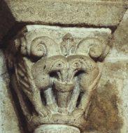 Chapiteau de griffons. Transept de l'église de Champdieu