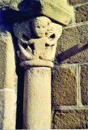 Chapiteau de sirène bifide. Porche de l'église de Champdieu.